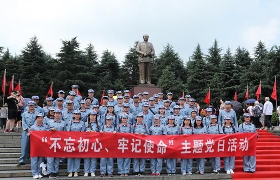 全体成员在毛泽东广场合影